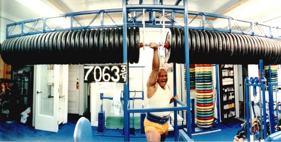 Шрі Чинмой піднімає 3 тонни. Вага вказана у фунтах.